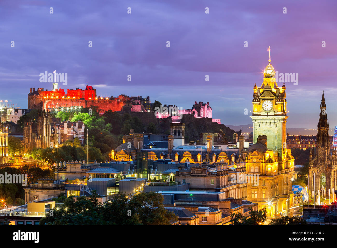 La skyline di Edimburgo con il castello di Edimburgo in background. Fotografato da Calton Hill subito dopo il tramonto. Immagini Stock