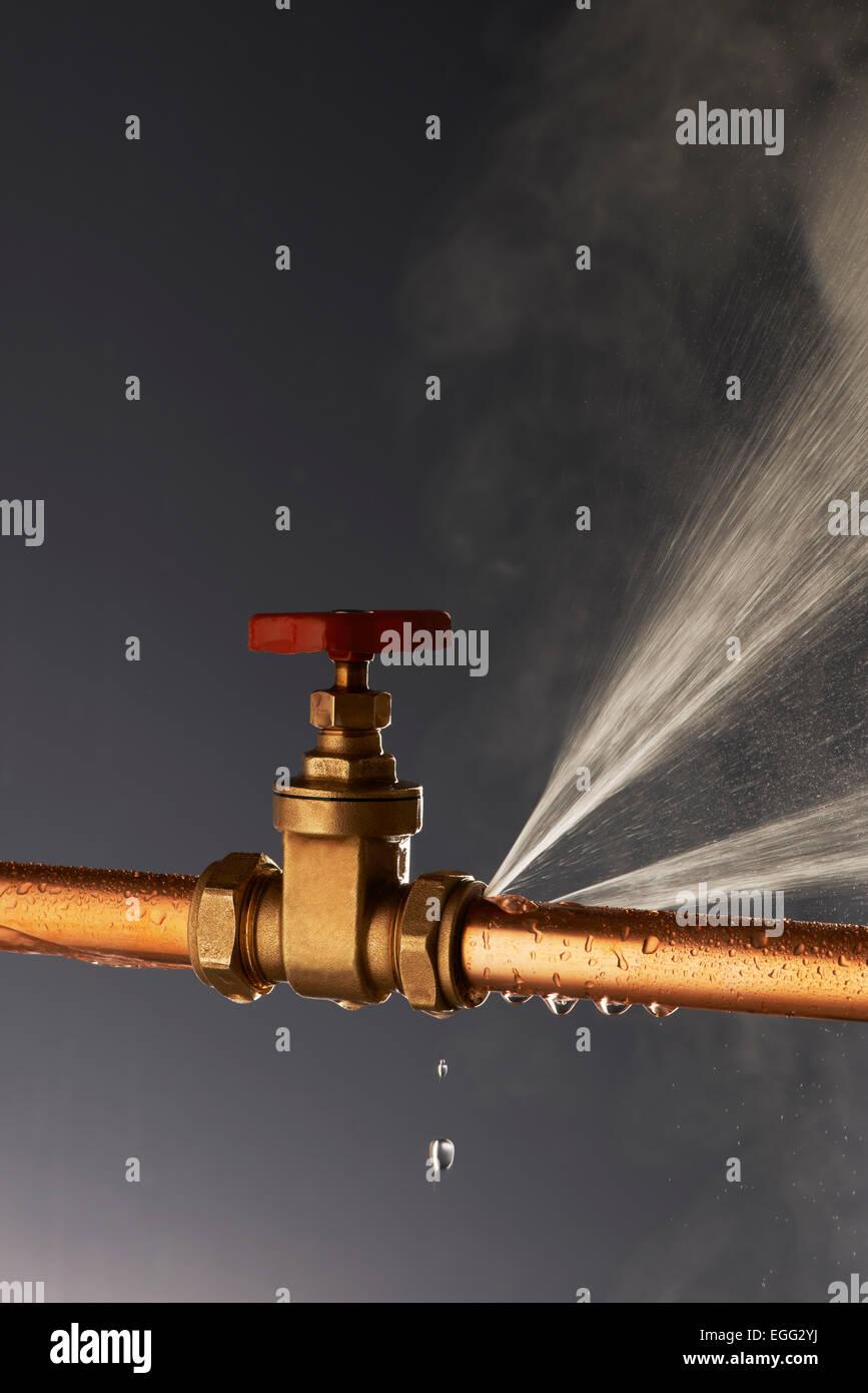 Plumbing perdite a raffica tubo con rubinetto Immagini Stock