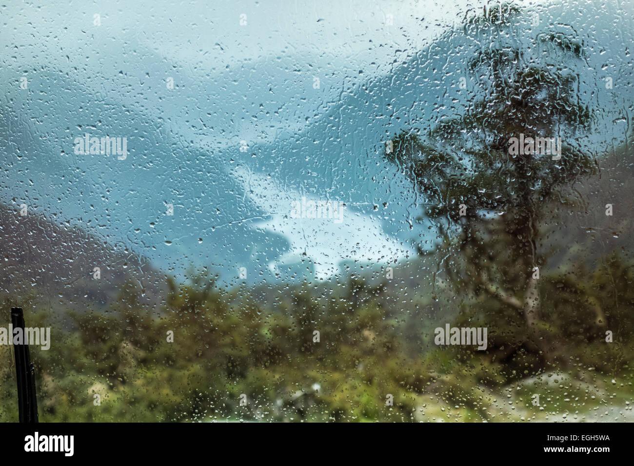 Doubtful Sound sotto la pioggia. Vista dal Passo Wilmot nel Parco Nazionale di Fiordland in Nuova Zelanda. Uno dei Immagini Stock