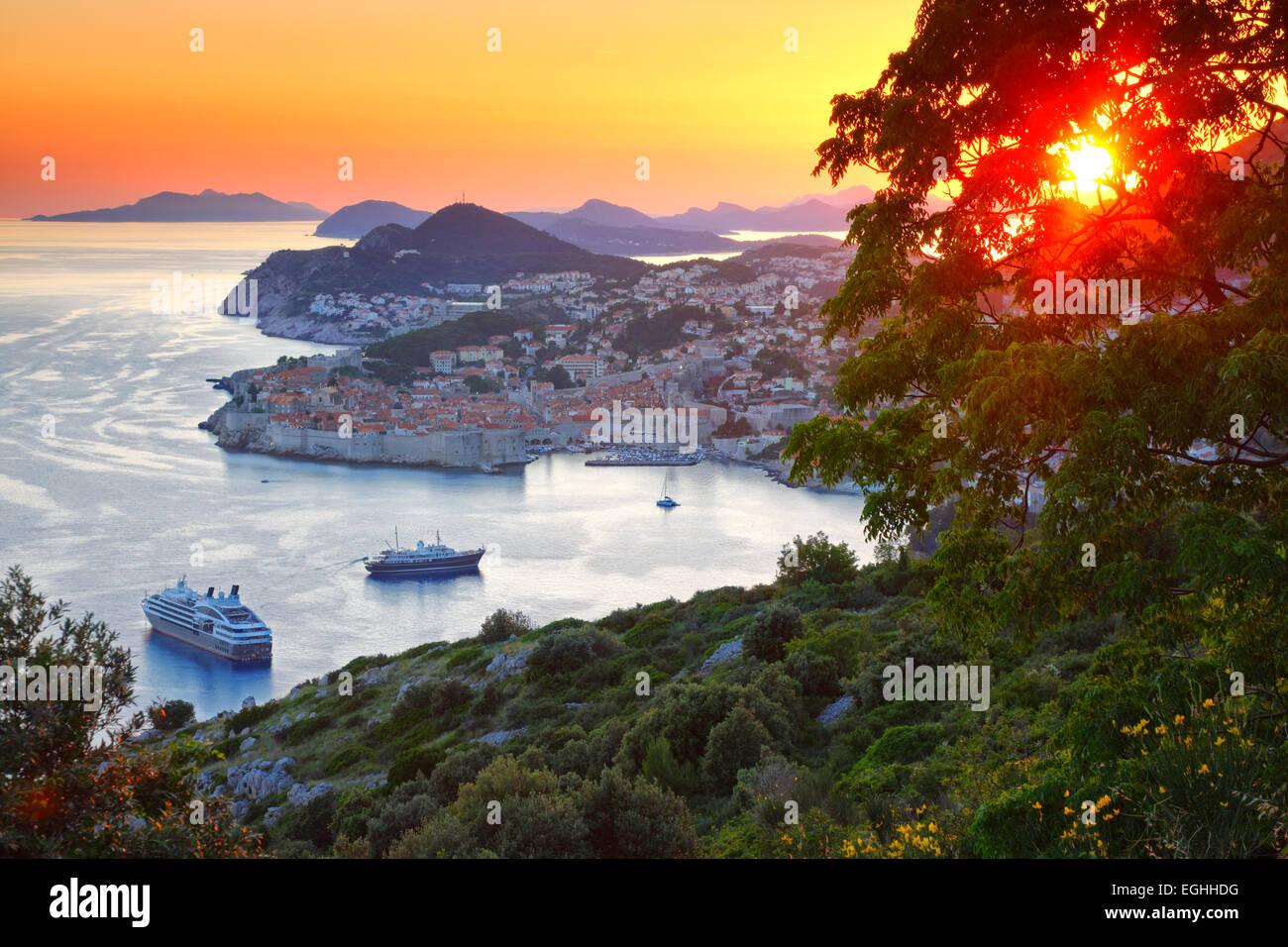 Panorama della città vecchia di Dubrovnik in sunset, Croazia. Immagini Stock