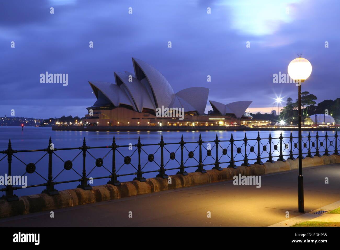 Alba rompe su l'iconica Sydney Opera House di Sydney, Nuovo Galles del Sud, Australia. Immagini Stock