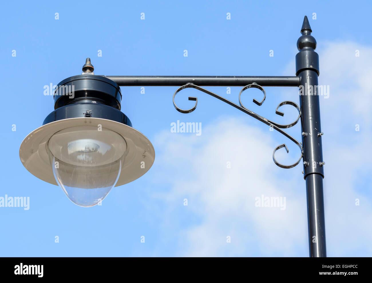 Nuova lampada di strada in un vecchio stile contro il cielo blu. Foto Stock