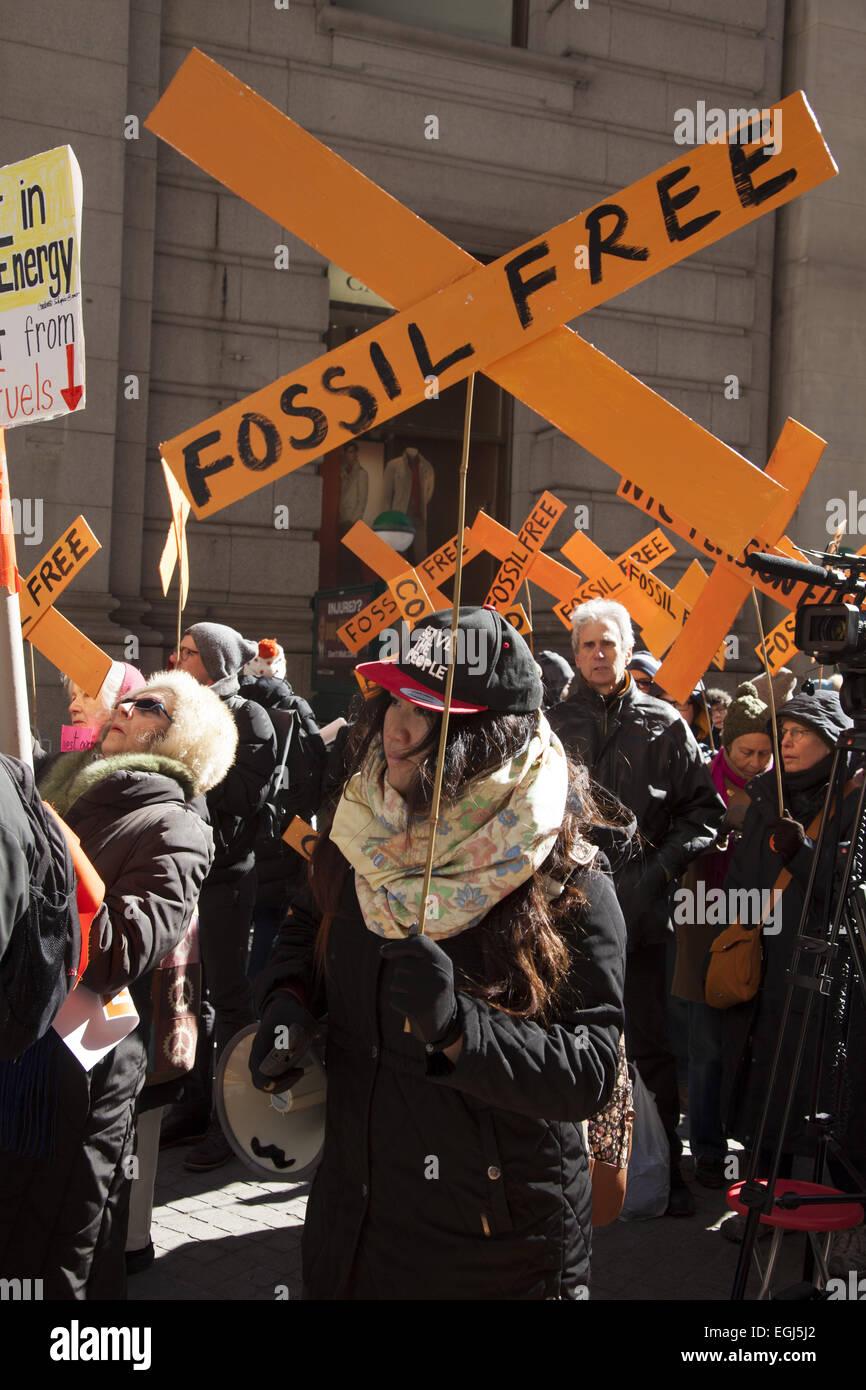 I dimostranti rally nel quartiere finanziario vicino al New York Stock Exchange con il messaggio di fondi a cedere Immagini Stock