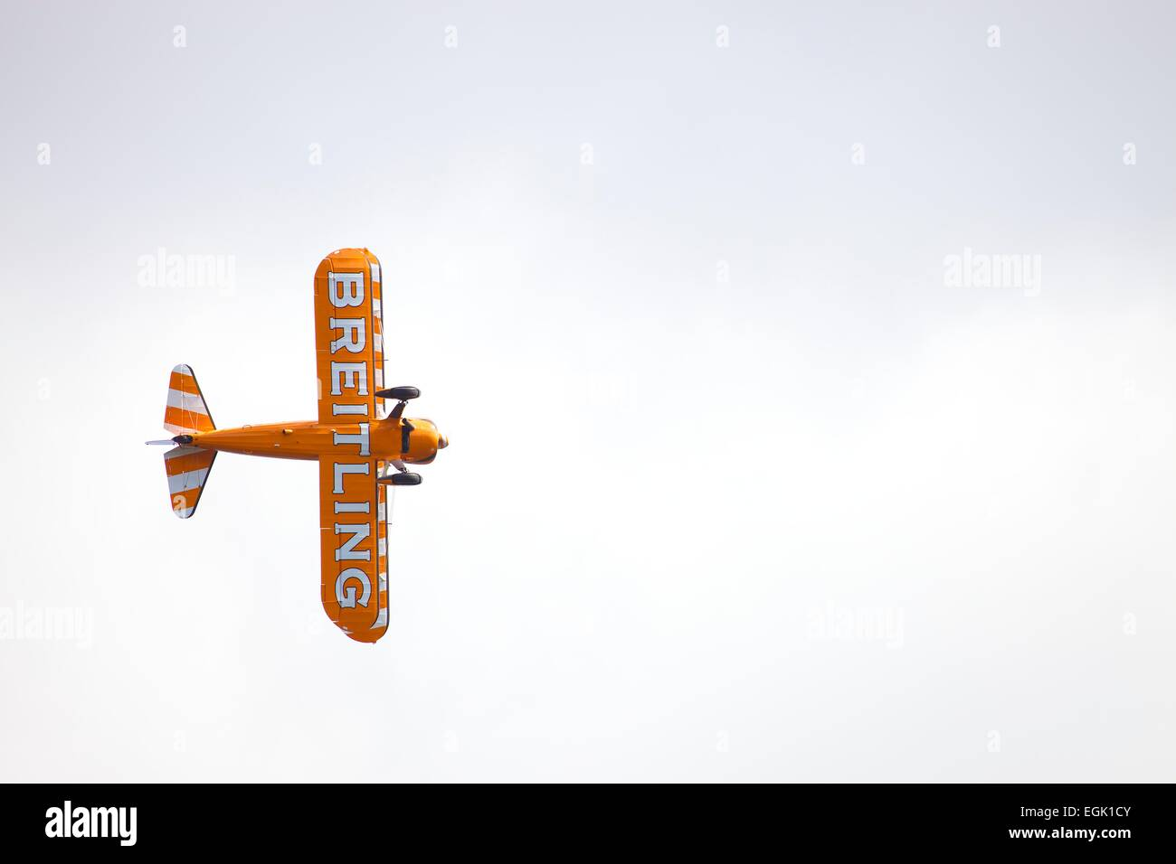 Al di sotto della Boeing Stearman modello 75. Breitling biplano nel cielo bianco Immagini Stock