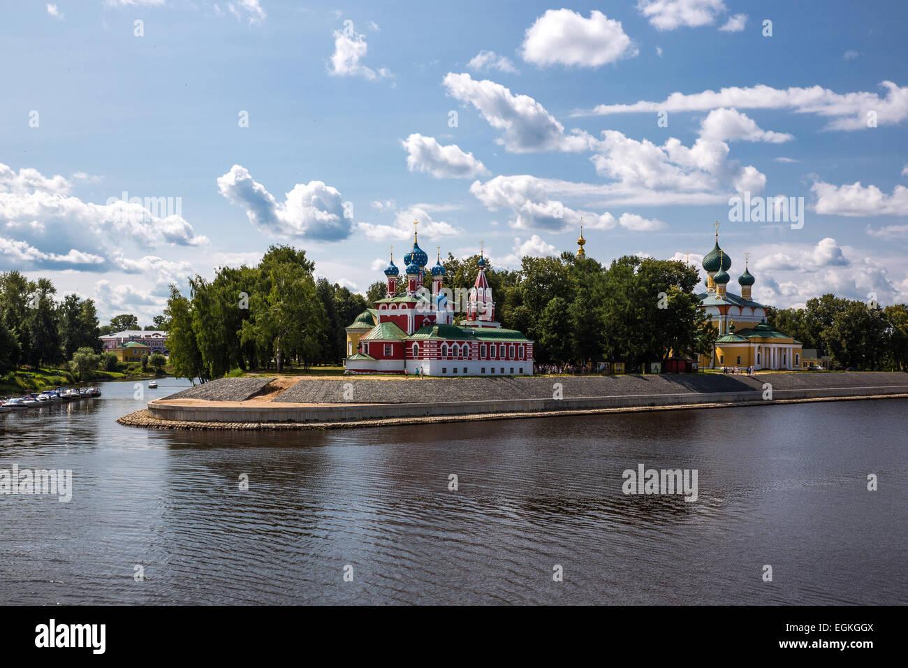 Russia, Uglitsch, paesaggio urbano con le bellissime chiese sul fiume Volga Immagini Stock