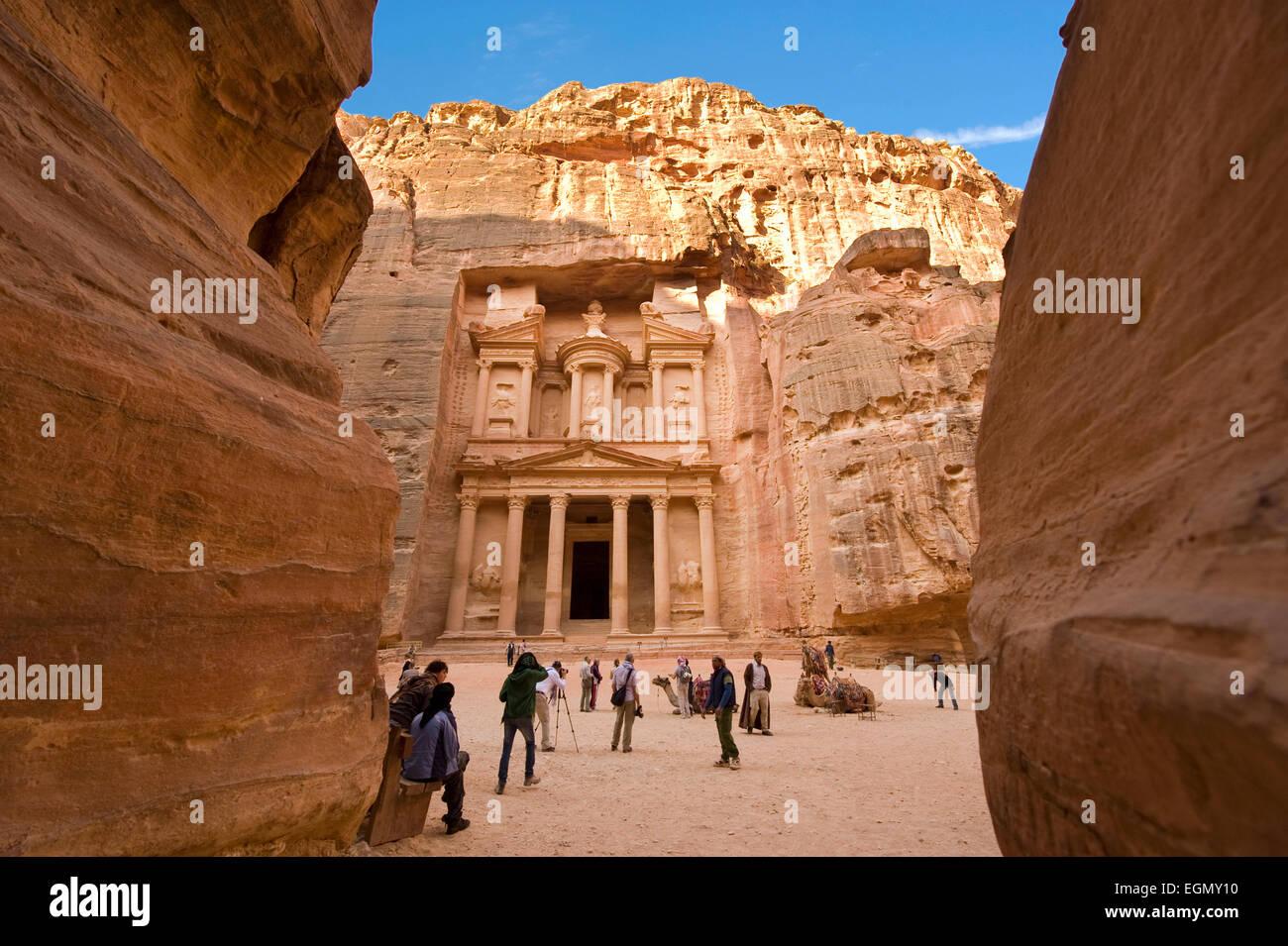 Il tesoro è chiamato anche Al Khazna, è la più magnifiche e famosa facciata in Giordania Petra Foto Stock