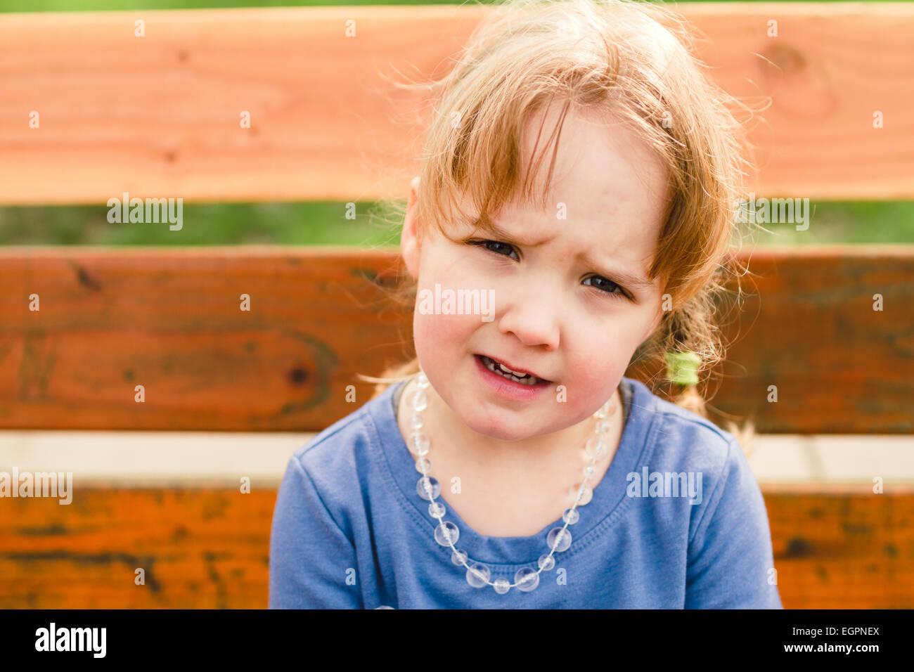 Stile di vita ritratto di una giovane ragazza in un parco con luce naturale. Immagini Stock