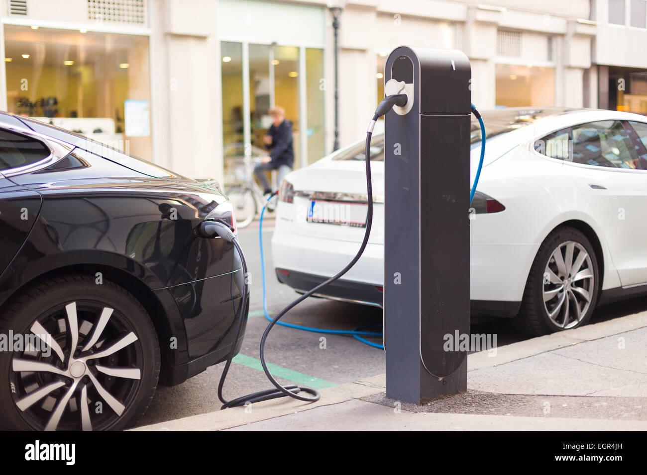 Le automobili elettriche nella stazione di carica. Immagini Stock