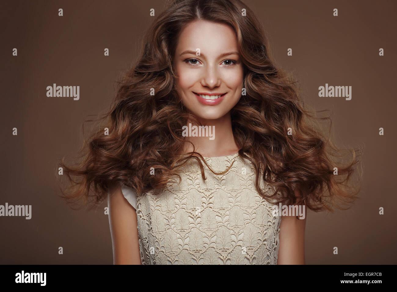 Bella felice bruna con lunghi capelli ricci Immagini Stock