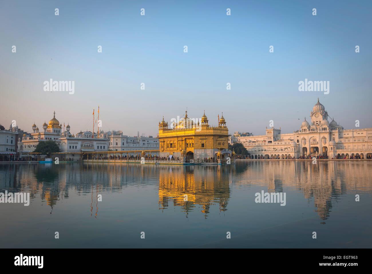 Il Tempio d'Oro dell'Harmandir Sahib illuminata dal sole di setting di Amritsar, India Foto Stock