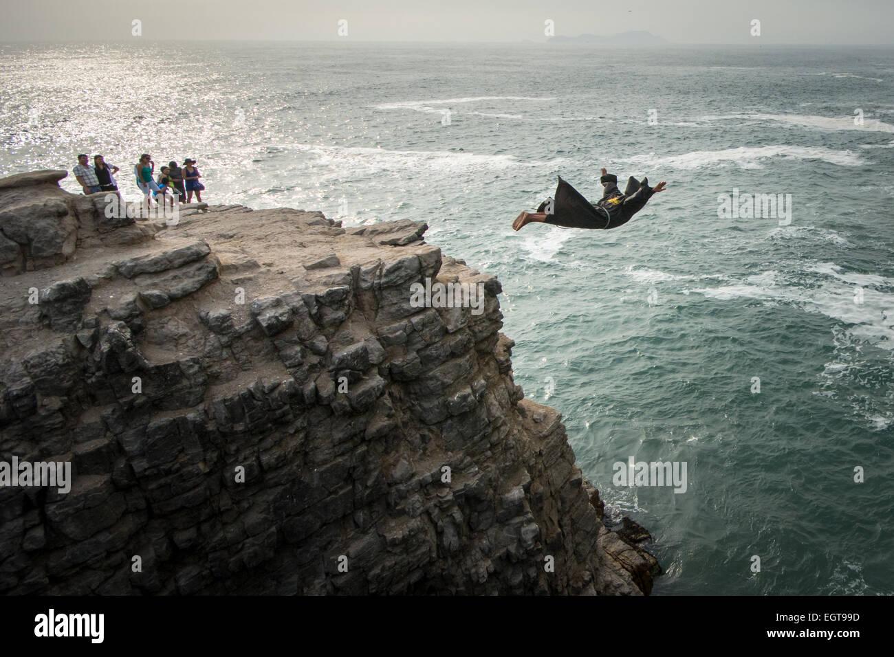 Il Diving Monaco all'El Salto del Fraile ristorante a Lima in Perù si tuffa da un dirupo come turisti watch Immagini Stock