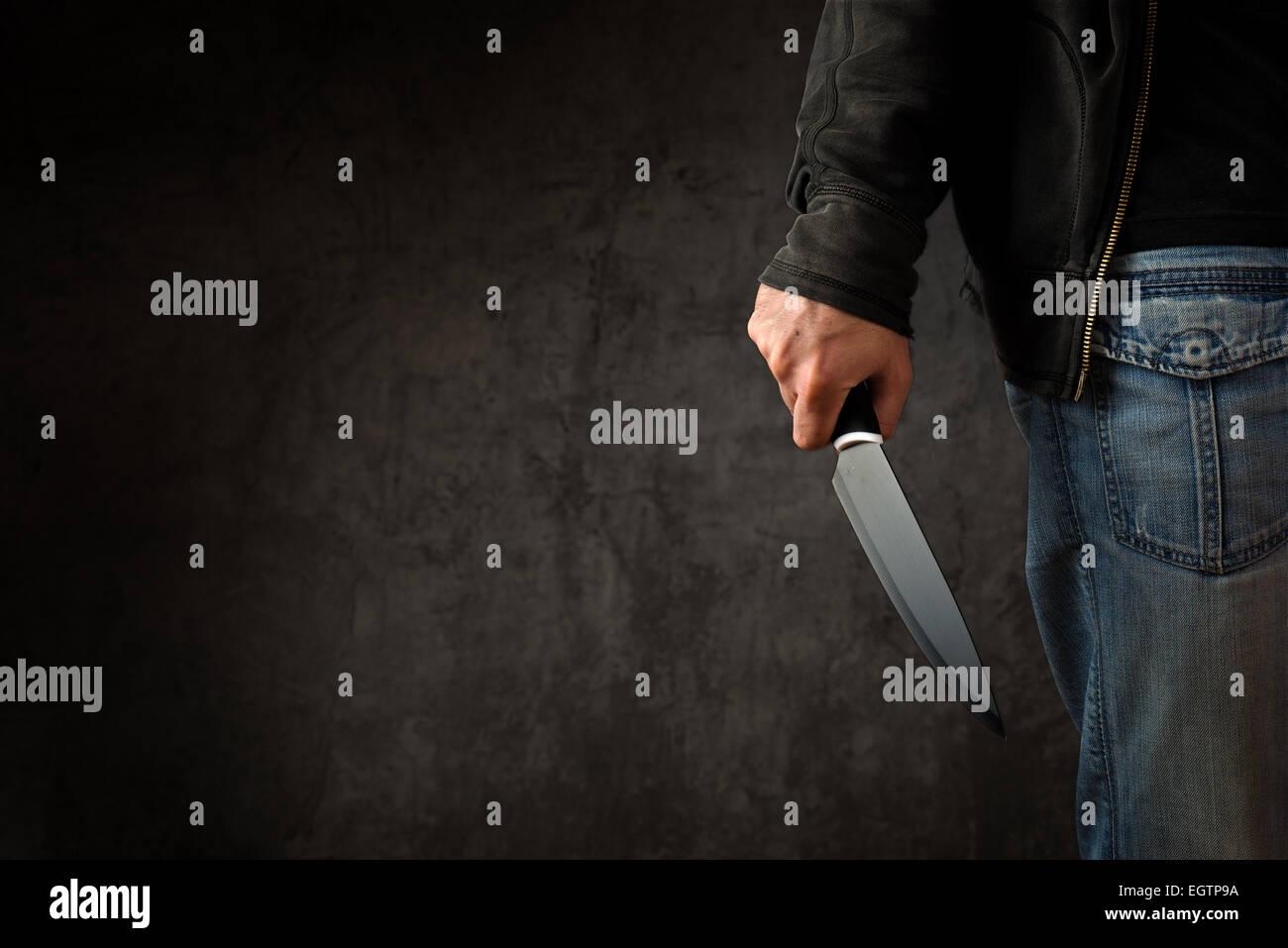 Il male penale con grande coltello affilato pronto per rapina o a commettere un omicidio Foto Stock