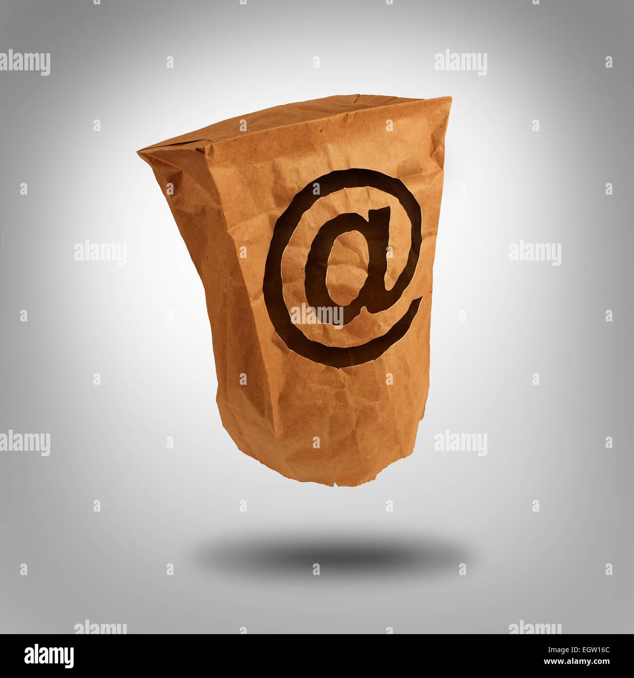 Identità digitale e privato o anonimo utente della rete sociale su internet come un sacchetto di carta con Immagini Stock