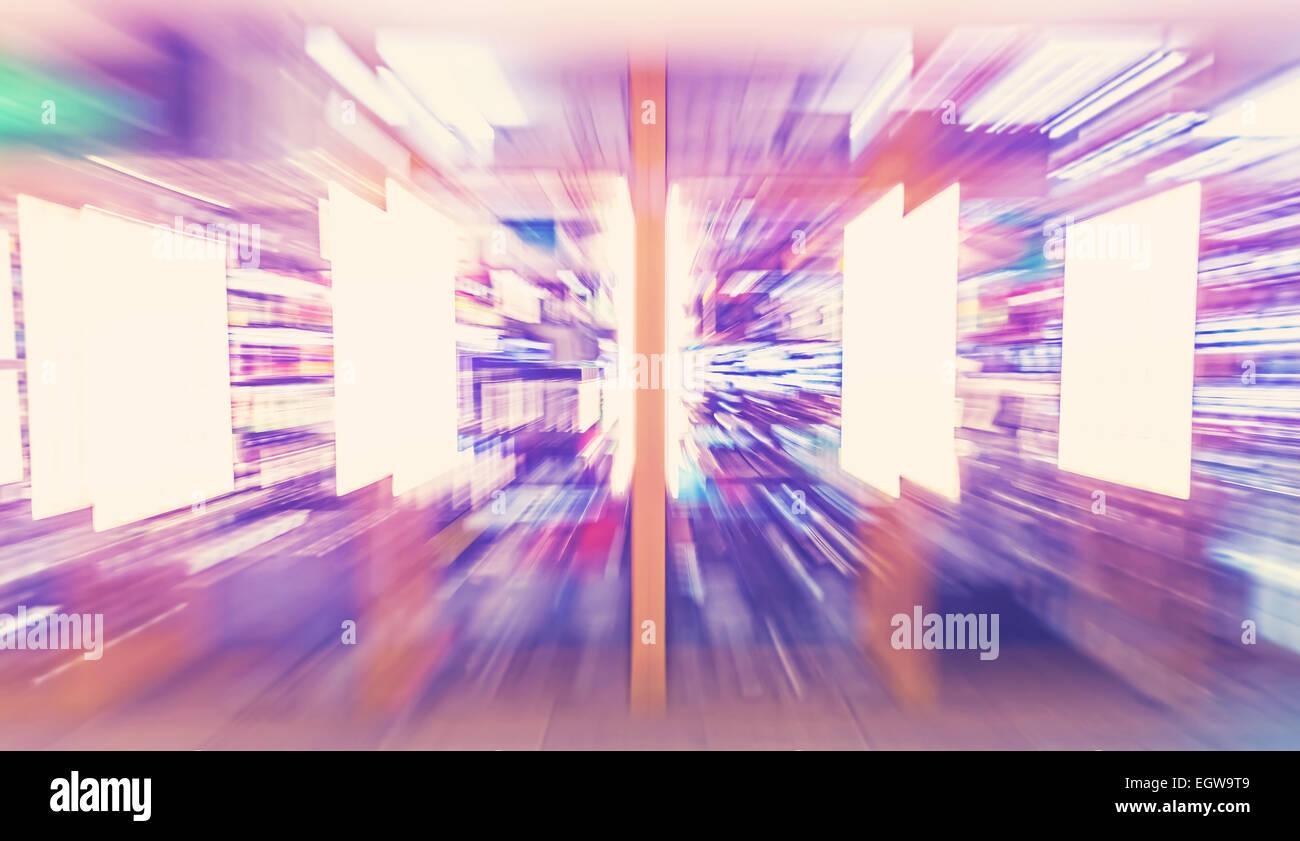 Moto foto sfocata alla vetrina di un negozio, shopping addiction concept. Immagini Stock