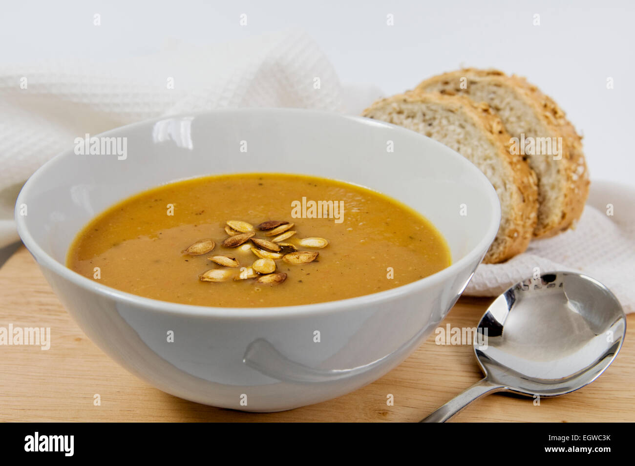 Speziato arrosto fatte in casa la zucca minestra con arrosti di zucca semi spruzzato sulla parte superiore, in una Immagini Stock