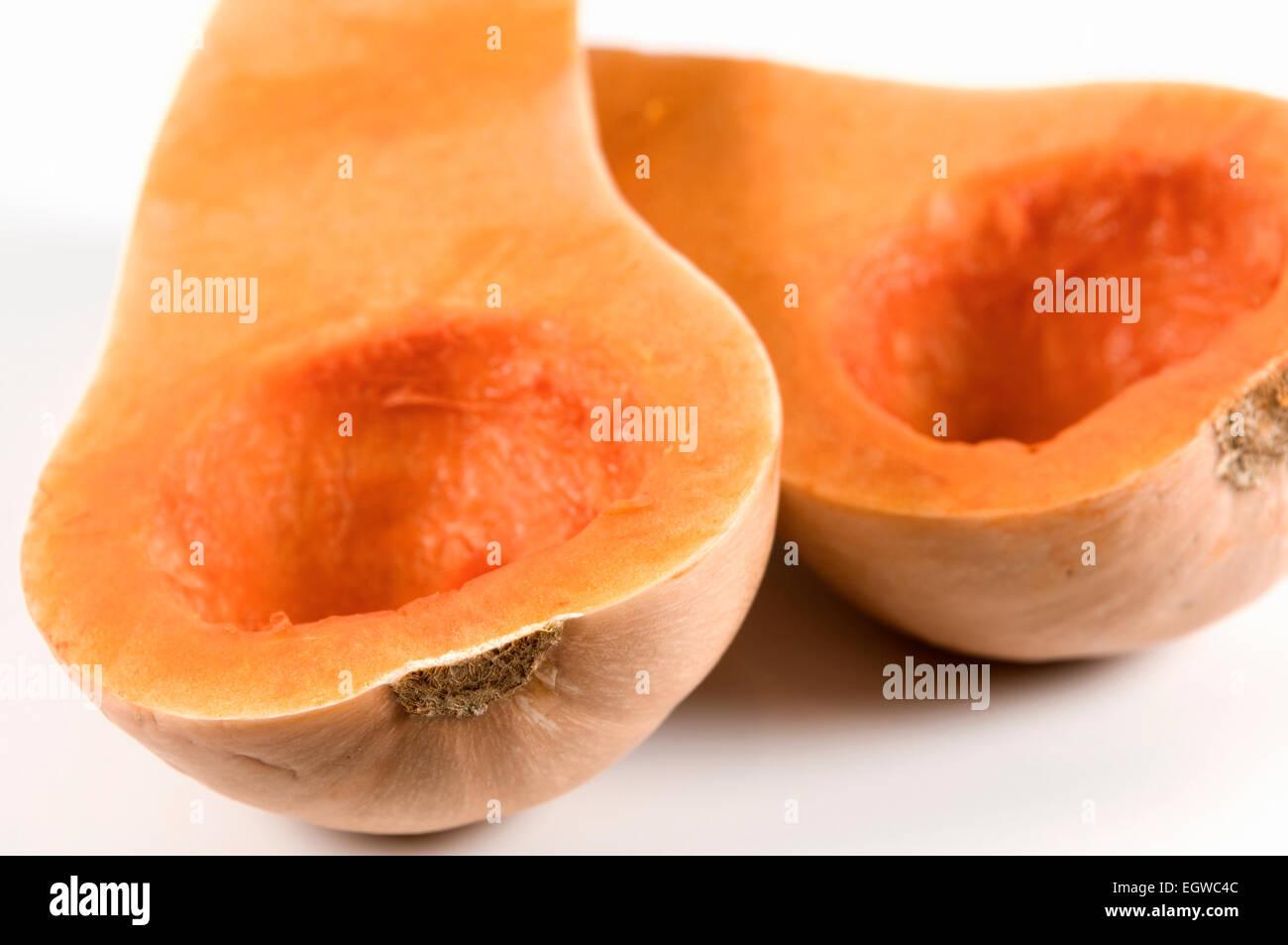 La zucca tagliata a metà e sgranata su sfondo bianco Immagini Stock