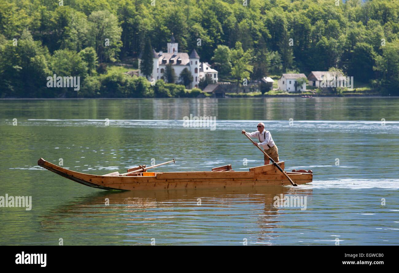 Barge con un vogatore sul lago Hallstatt o Hallstätter vedere il lago, sito Patrimonio Mondiale dell'UNESCO, Immagini Stock