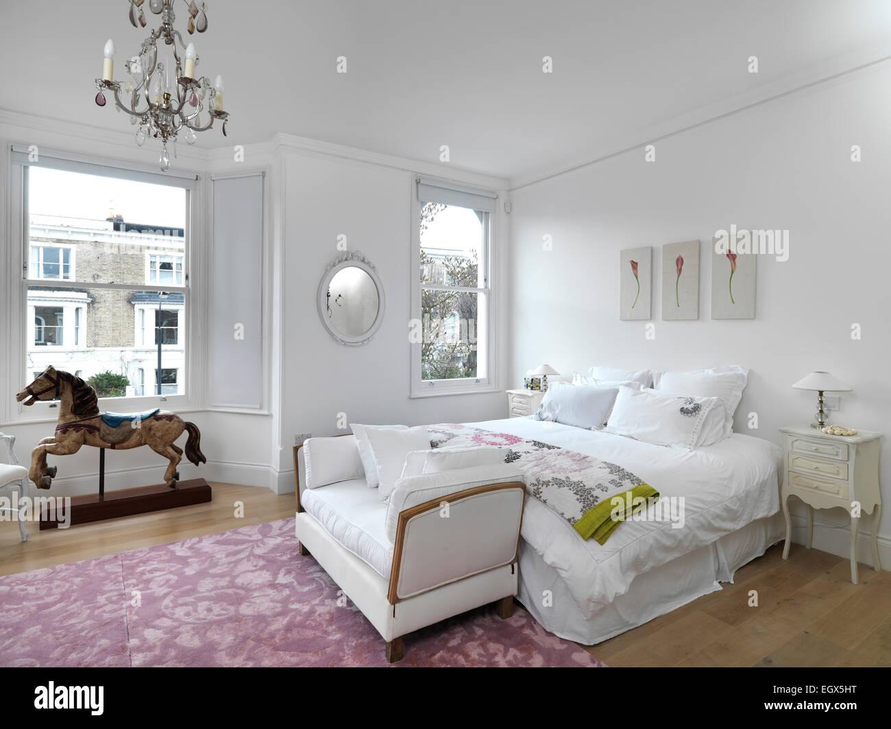 Camere Da Letto Tradizionali : Lettino al piede del letto matrimoniale in camera da letto