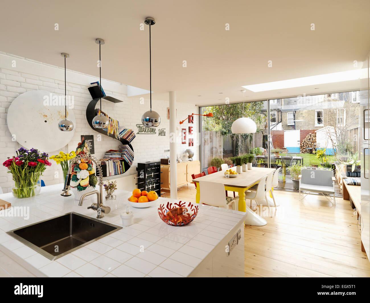 Tavolo e sedie in cucina spaziosa con vista al giardino ...