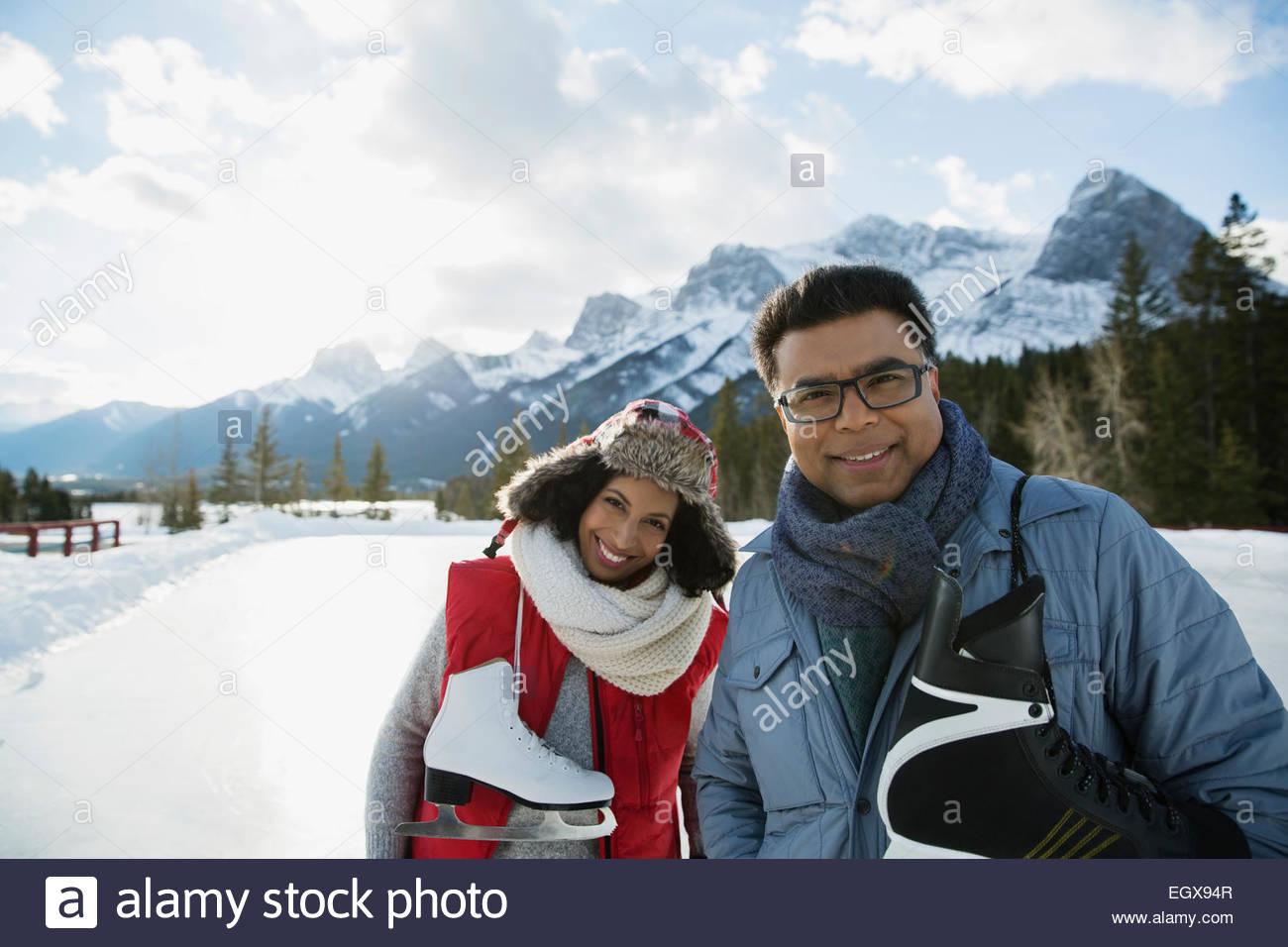 Ritratto di giovane con pattini da ghiaccio montagna vicina Immagini Stock