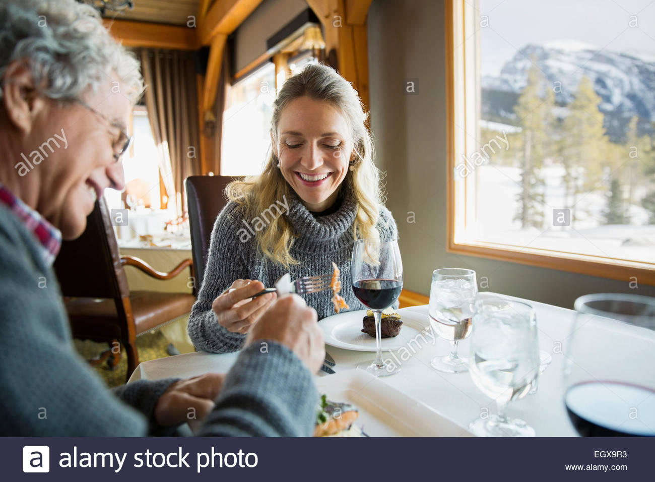 Paio di mangiare al ristorante La tabella Immagini Stock