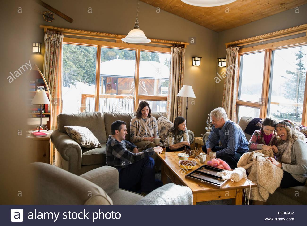 Multi-generazione rilassante in famiglia in soggiorno Foto ...