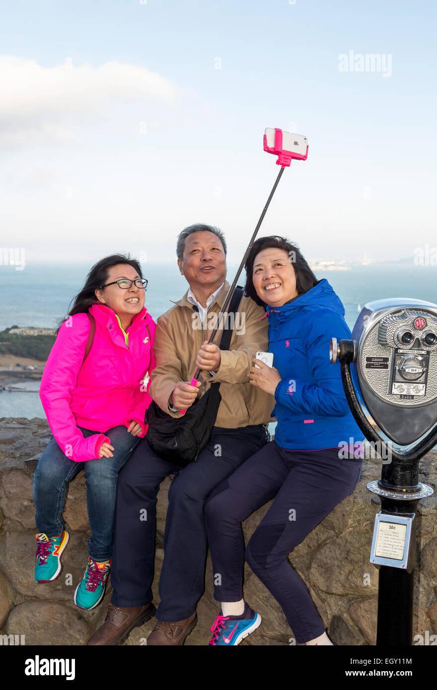 I turisti, famiglia, prendendo selfie, selfie foto, selfie stick, cellulare, punto di vista, lato nord del Golden Immagini Stock