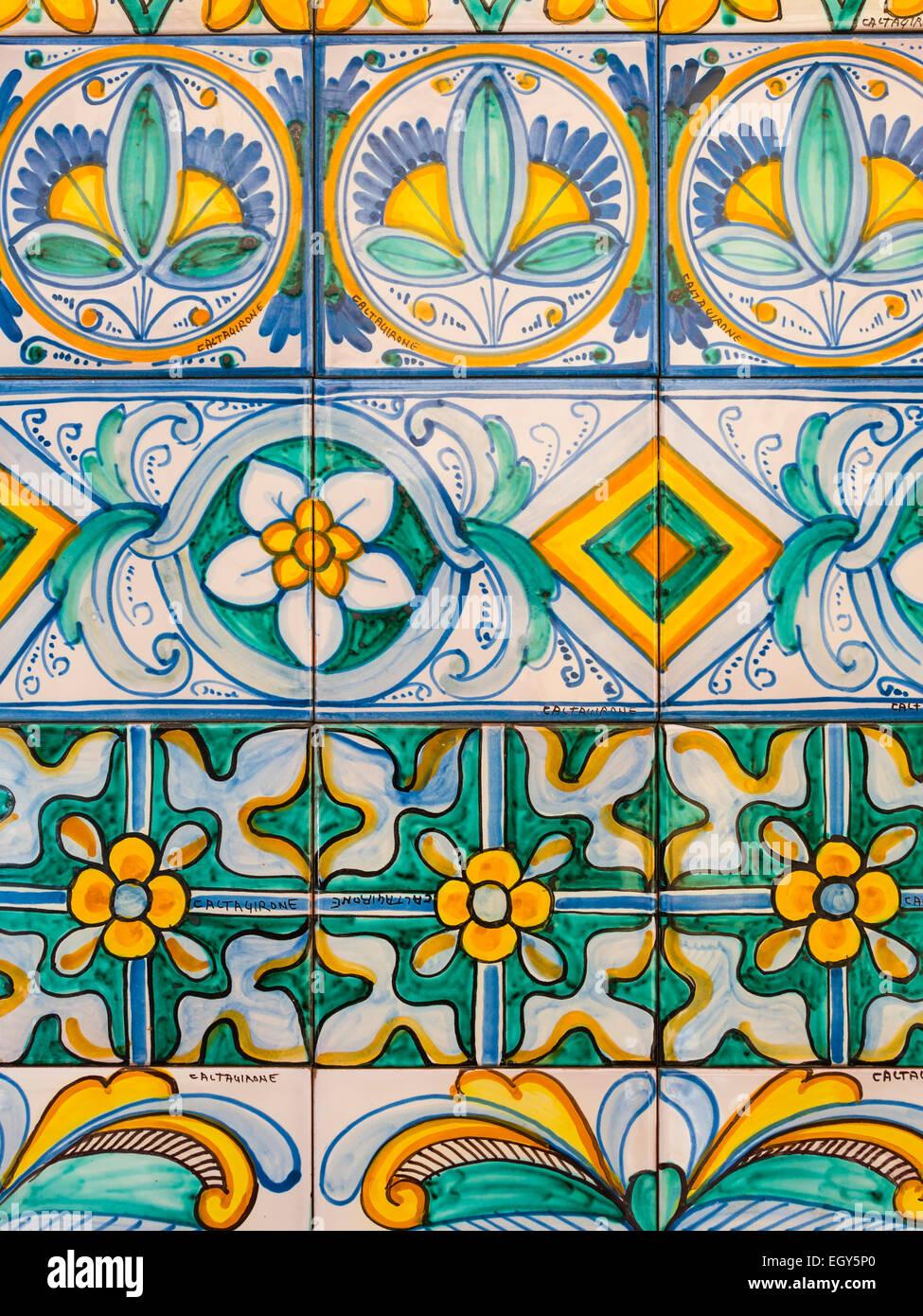 L'Italia, Sicilia, Caltagirone, maioliche presso la Scala Santa Maria del Monte Foto stock - Alamy