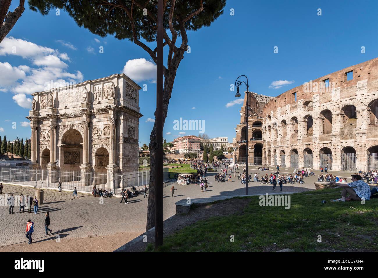 Roma. L'Italia. Arco di Costantino e il Colosseo, Piazza del Colosseo. Immagini Stock