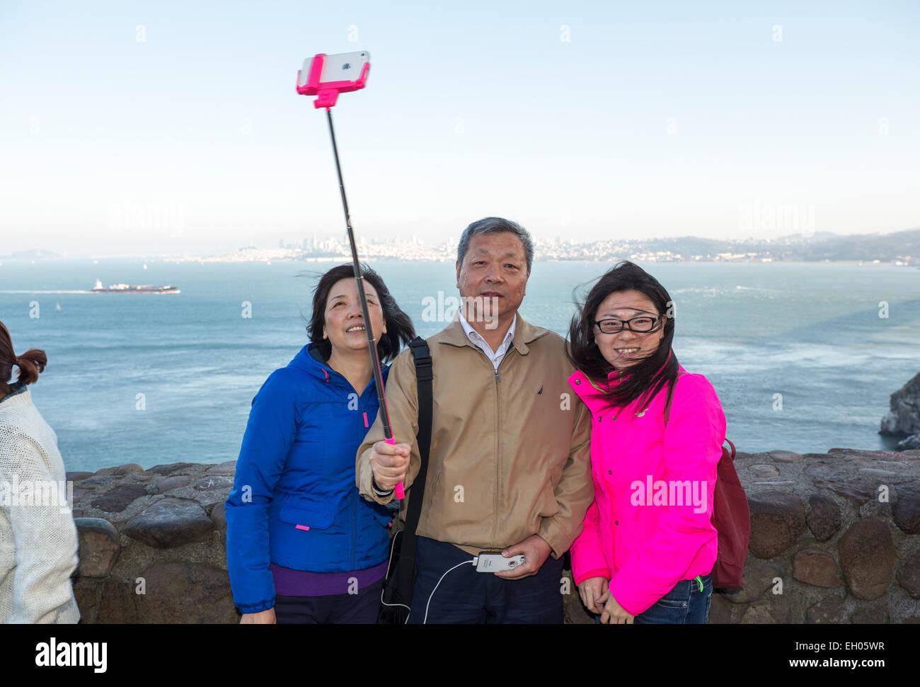 I turisti, famiglia, prendendo selfie, selfie foto, selfie stick, punto di vista, lato nord del Golden Gate Bridge, Immagini Stock