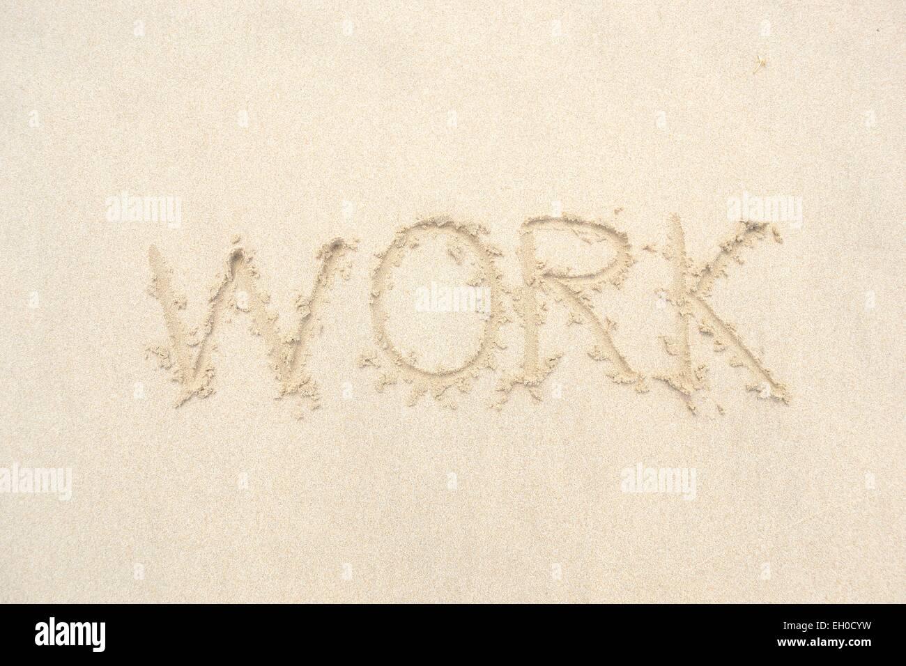 Disegnata a mano di una parola lavoro sulla spiaggia Immagini Stock