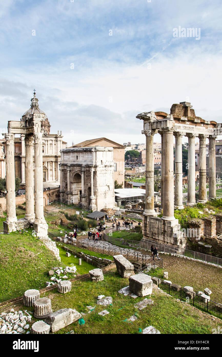 Vista del Foro Romano con l'Arco di Settimio Severo (Arco di Settimio Severo). Immagini Stock