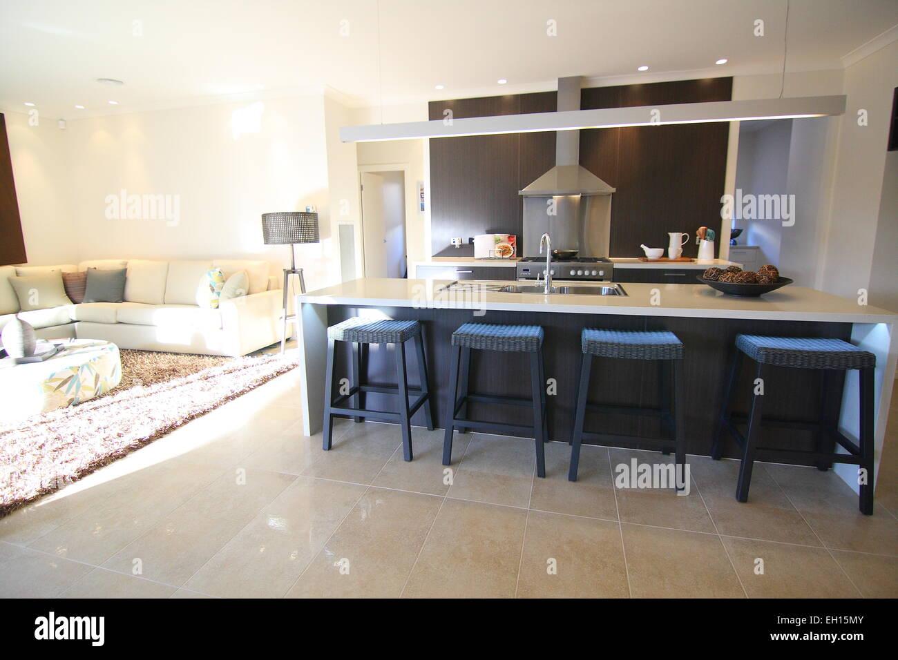 Soggiorno moderno e scuro mobile da cucina Foto & Immagine Stock ...