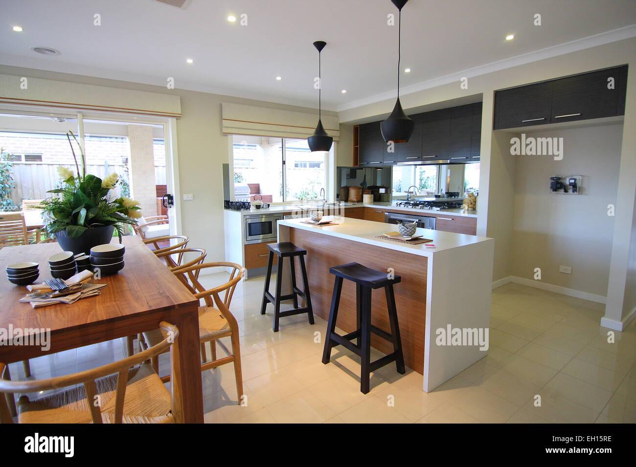 Bianca e moderna cucina con pavimento di piastrelle foto
