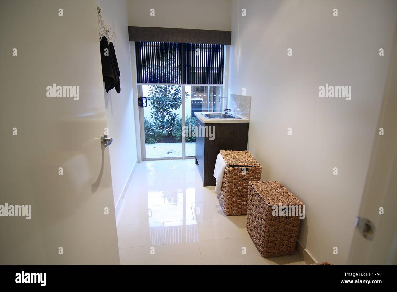 Moderna lavanderia sala con pavimento in piastrelle e sportello in