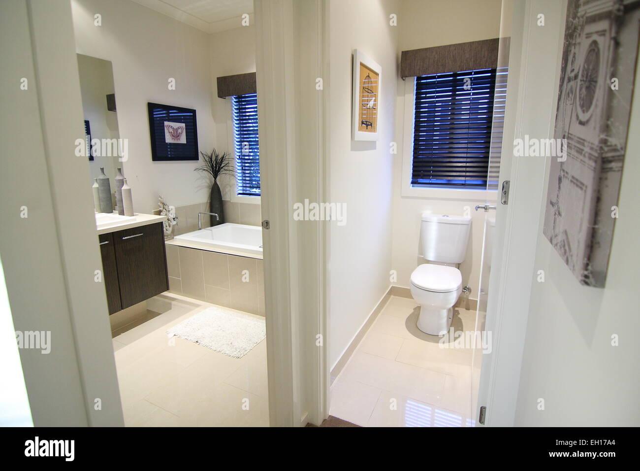 Una moderna stanza da bagno con wc separato foto for Wc immagini