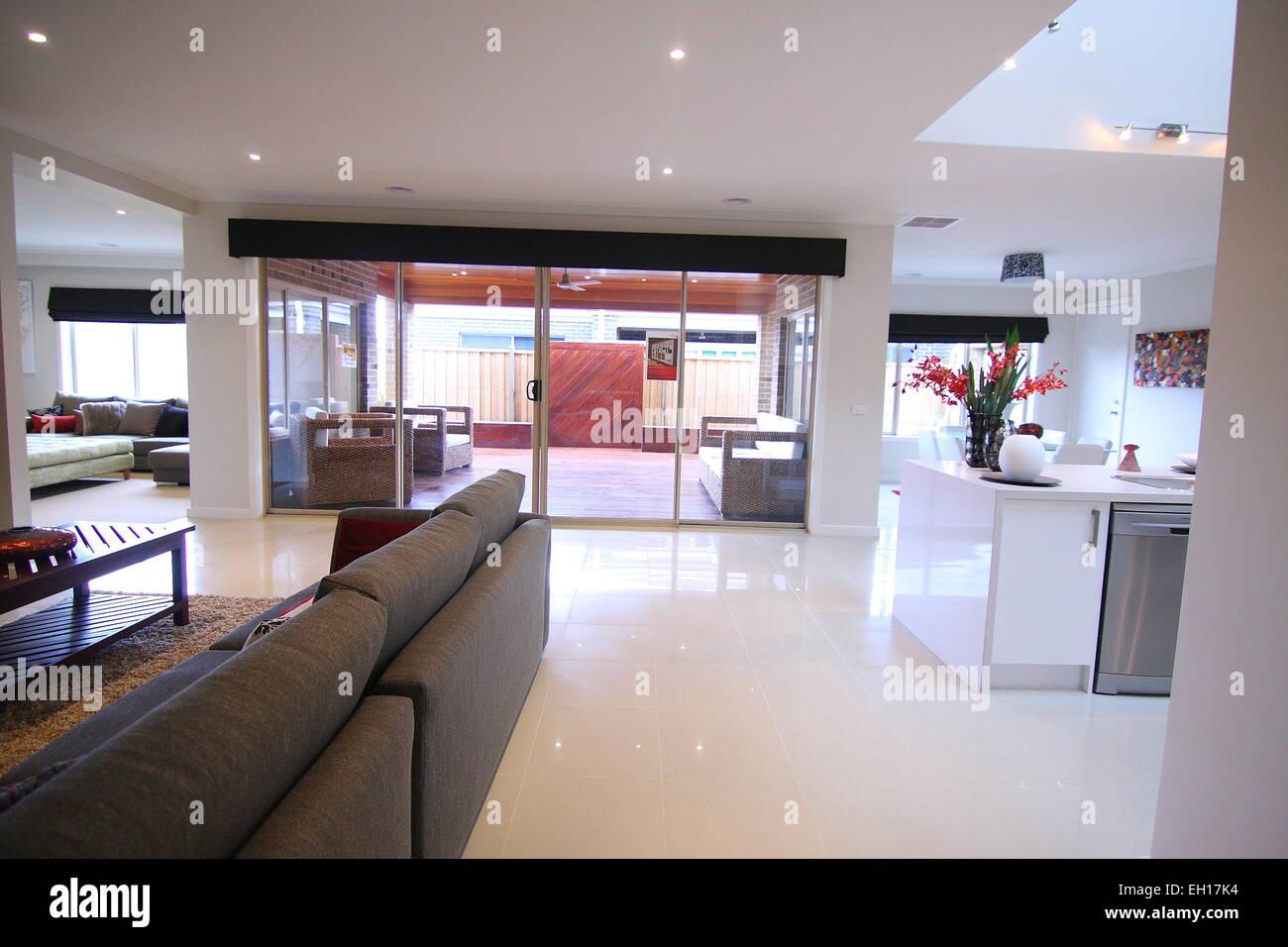 Grande porta scorrevole vicino alla cucina e soggiorno Foto ...