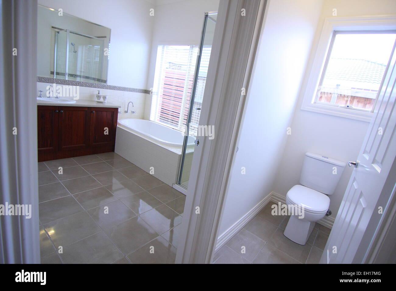 Sala Da Bagno Moderna : Una moderna stanza da bagno con wc separato foto & immagine stock