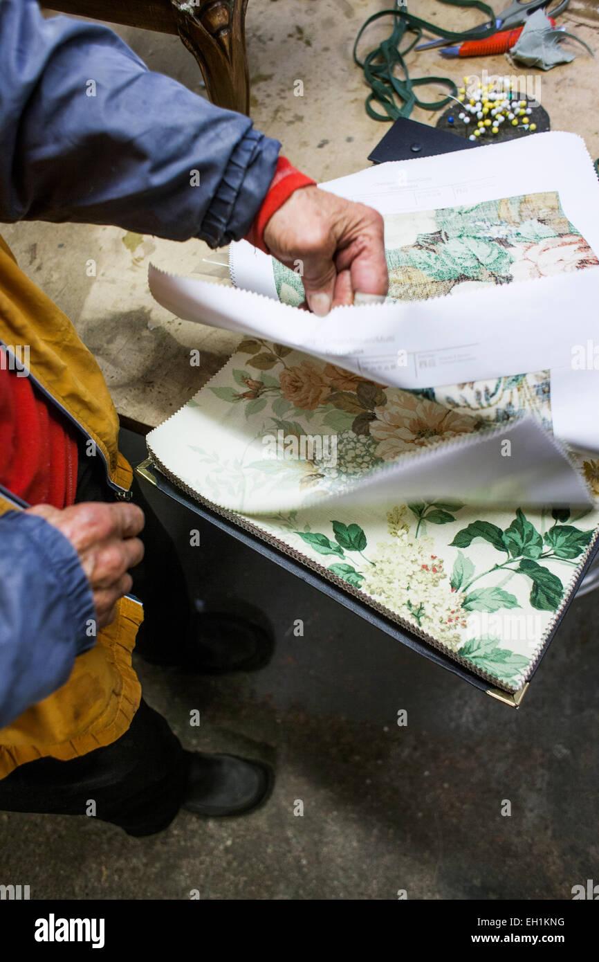 Sezione bassa del lavoratore manuale selezione di disegno di tessuto in officina Immagini Stock