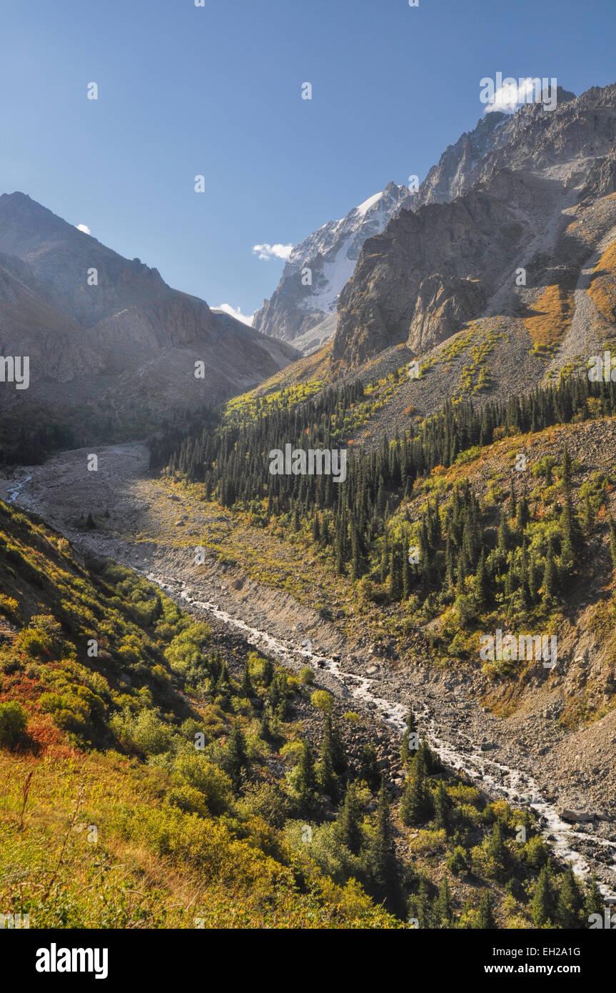 Panoramica valle di Ala Archa parco nazionale in Piazza Tian Shan mountain range in Kirghizistan Immagini Stock