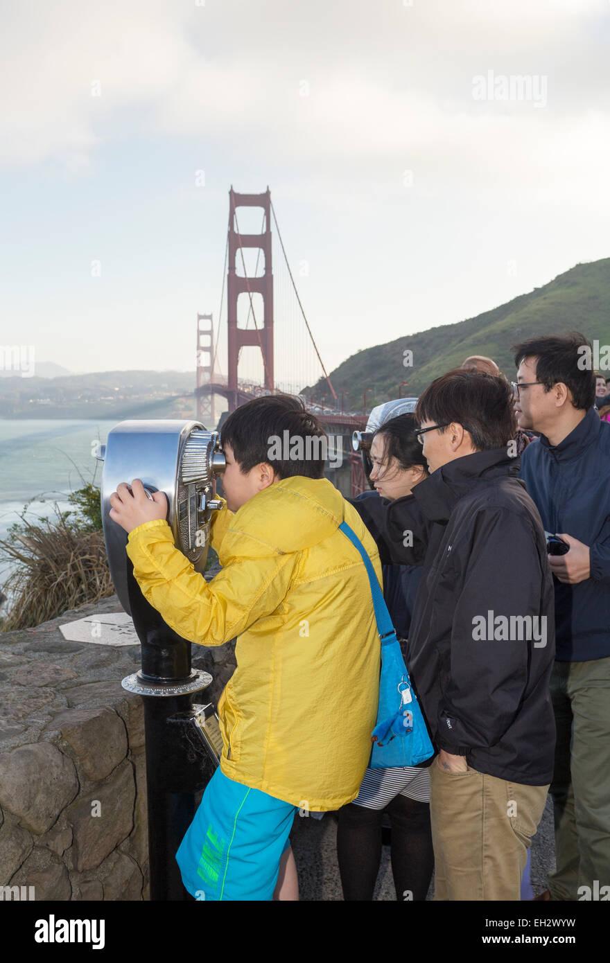 I turisti, ragazzo, guardando attraverso il mirino, punto di vista, lato nord del Golden Gate Bridge, città Immagini Stock