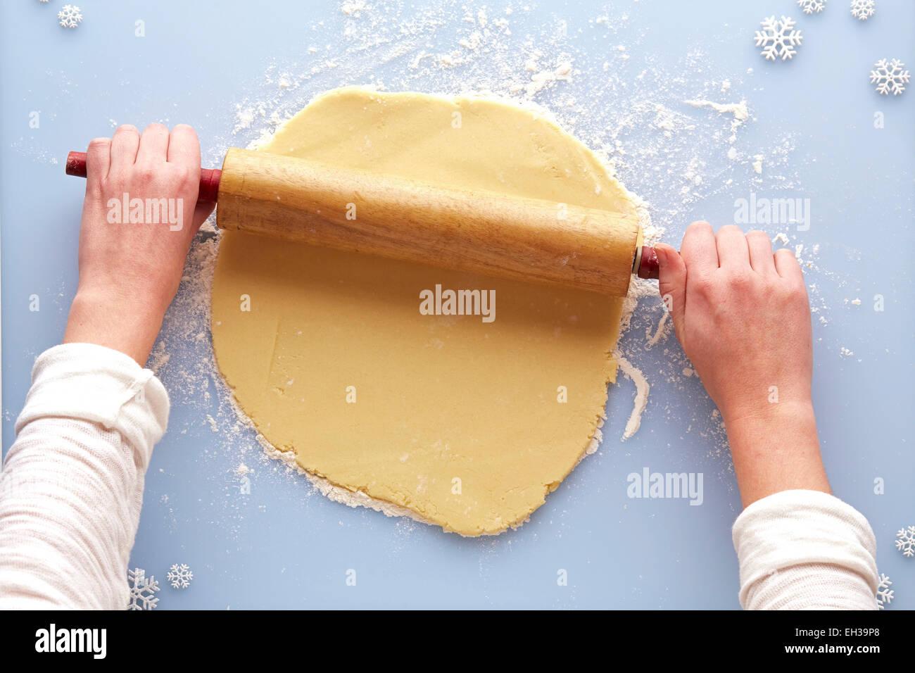 Vista aerea della donna rolling out zucchero pasta biscotto, Studio Shot Foto Stock