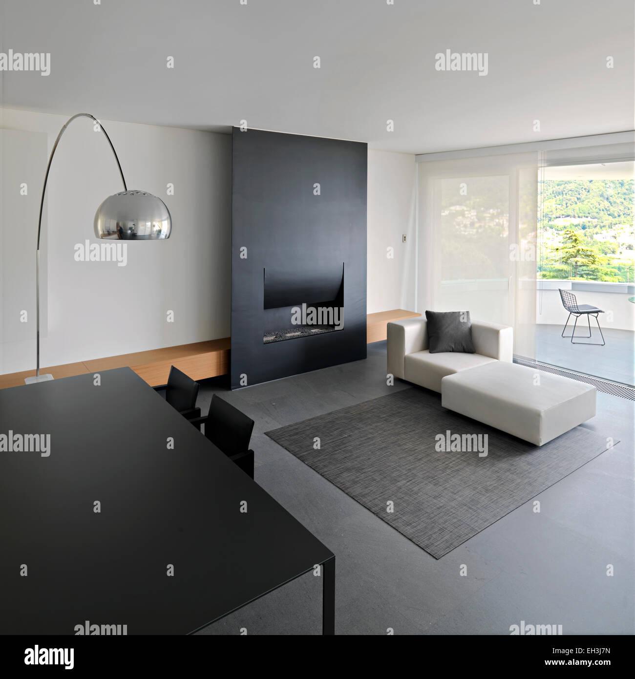 Vista interna di un moderno soggiorno con tavolo da pranzo e camino foto immagine stock - Tavolo da soggiorno moderno ...