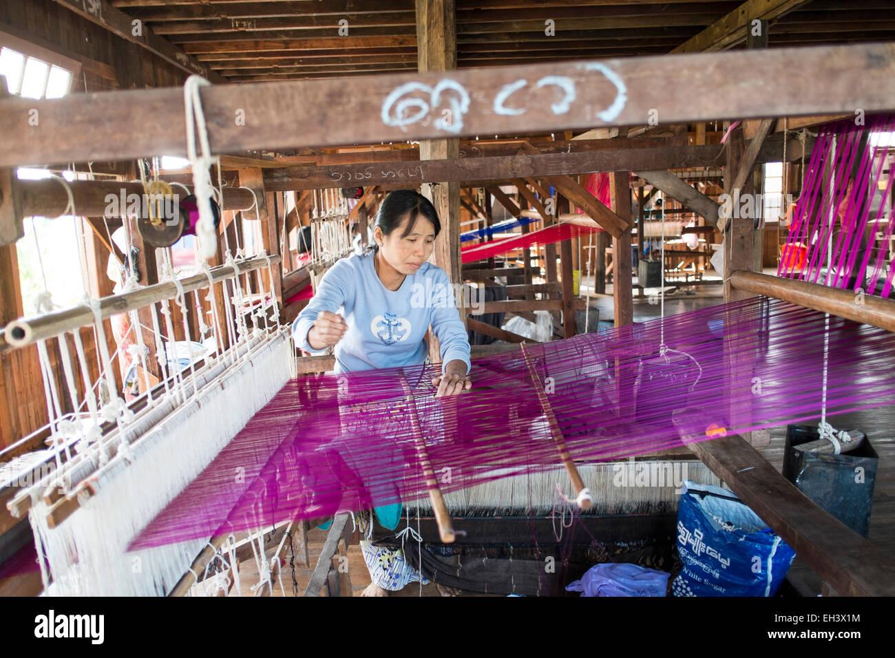 Una donna si intreccia materiale in un workshop sul Lago Inle , Myanmar Immagini Stock
