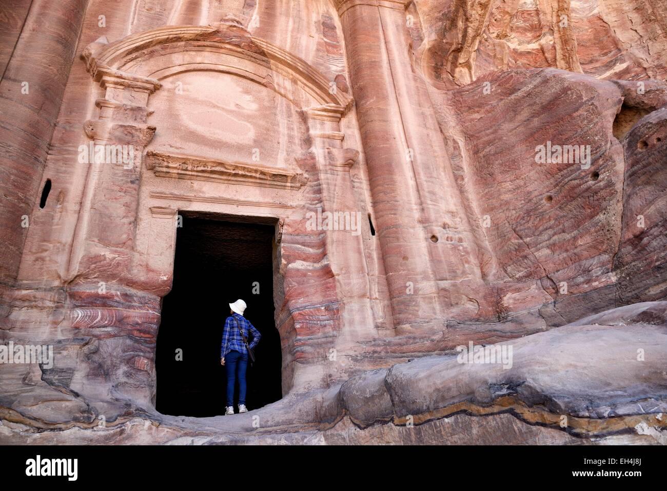 Giordania, Nabataean sito archeologico di Petra, elencato come patrimonio mondiale dall' UNESCO, donna all'ingresso Immagini Stock