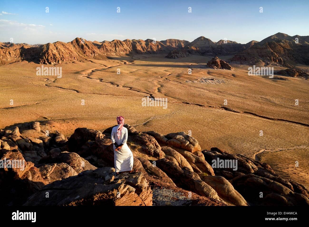 Giordania, Wadi Rum Desert, il confine con l'Arabia Saudita, Beduino e vista dal monte Gebel Khasch Immagini Stock