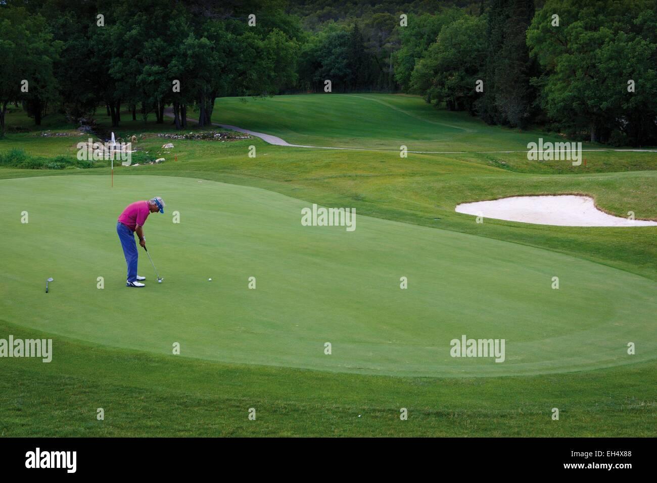 Francia, Alpes Maritimes, Valbonne, giocatore di golf su un campo da golf estate provenzale Immagini Stock