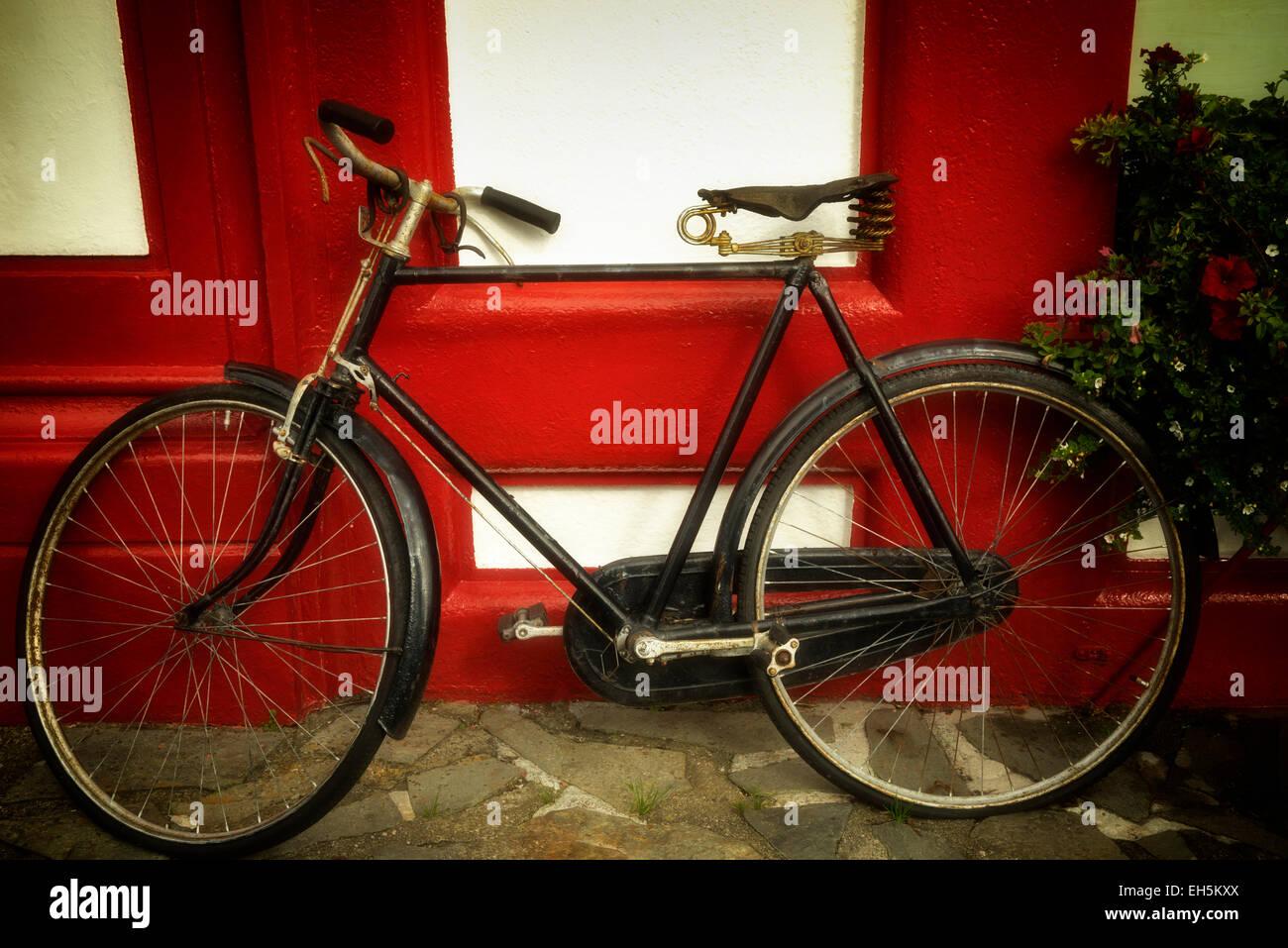 Vecchia bicicletta al negozio di fronte. Knightstown,Valentia isola,Repubblica di Irlanda Foto Stock