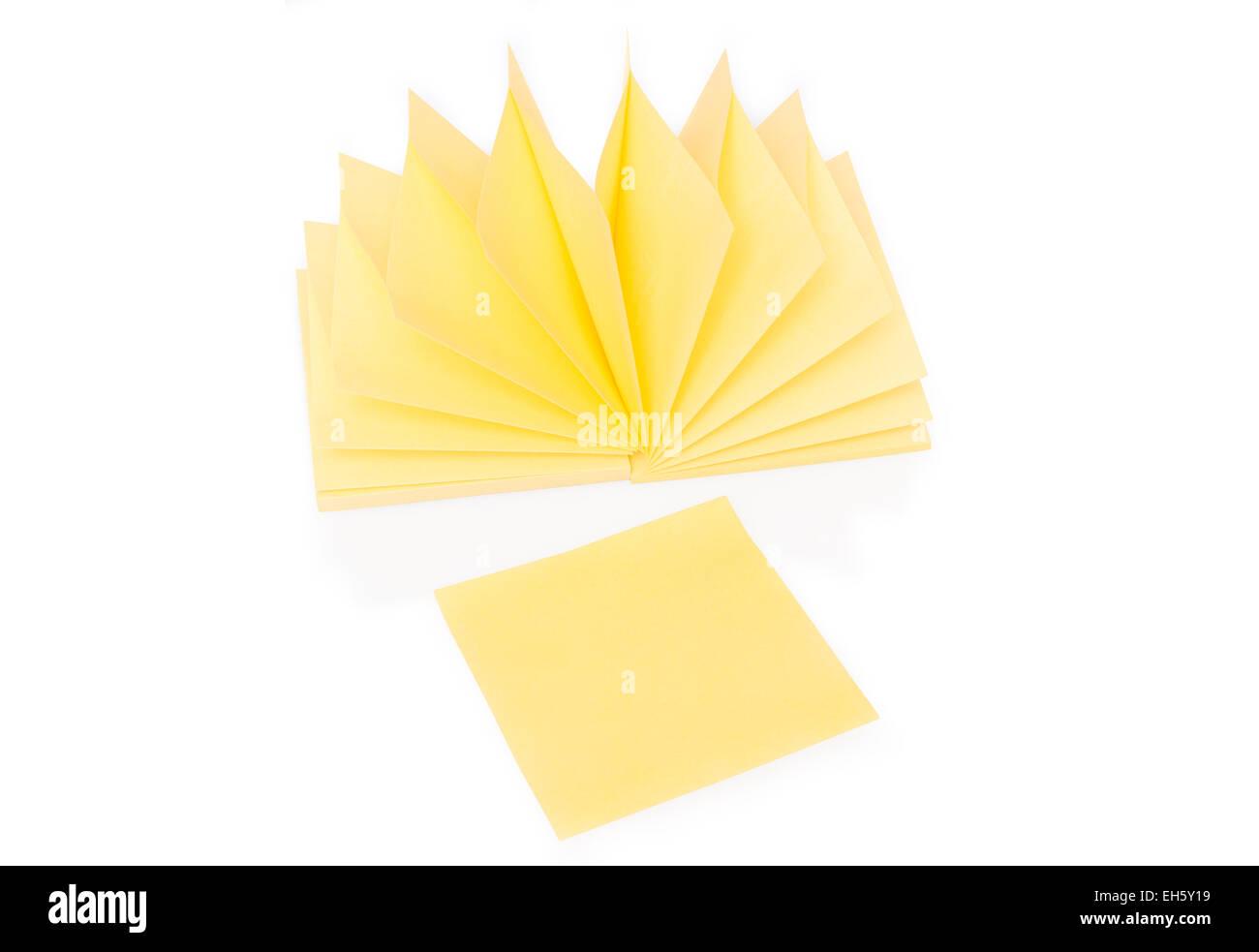 Blank bigliettino giallo e il blocco su bianco Immagini Stock