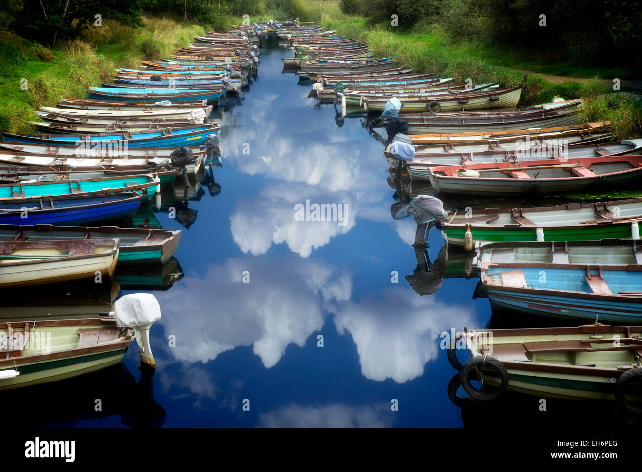 Barche da pesca nel piccolo ingresso. Parco Nazionale di Killarney, Irlanda. Foto Stock